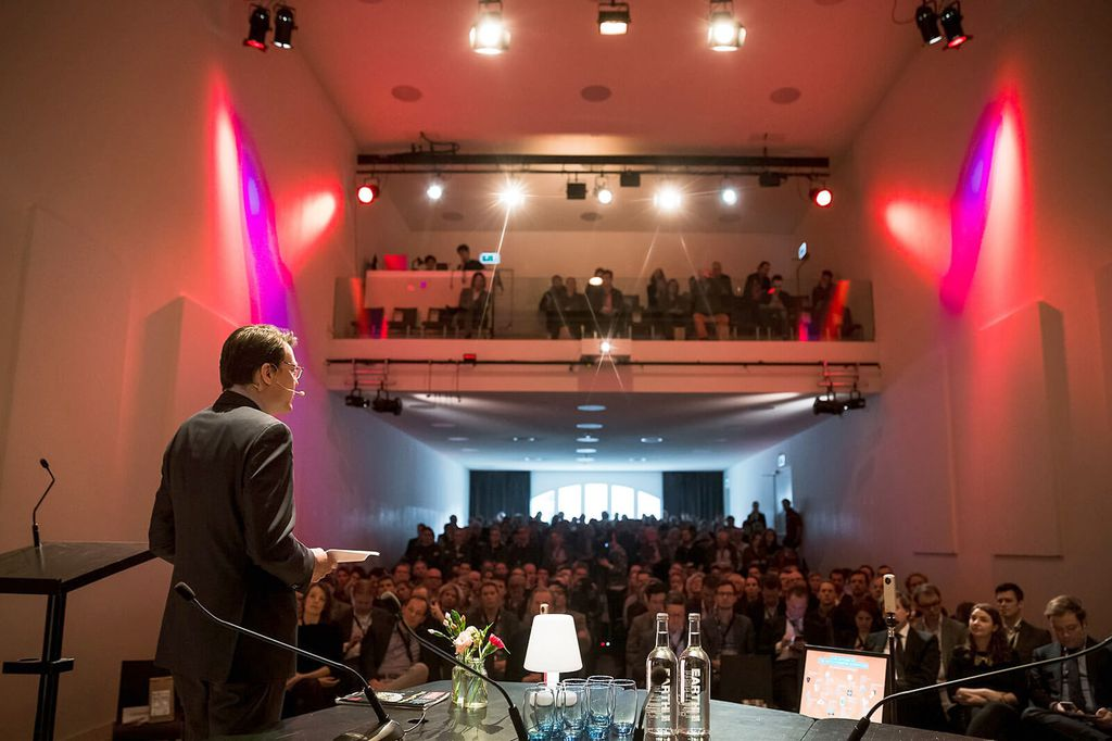 De Nieuwe Liefde - Grote zaal - Grote zaal on stage achterzijde open gordijnen 250 people