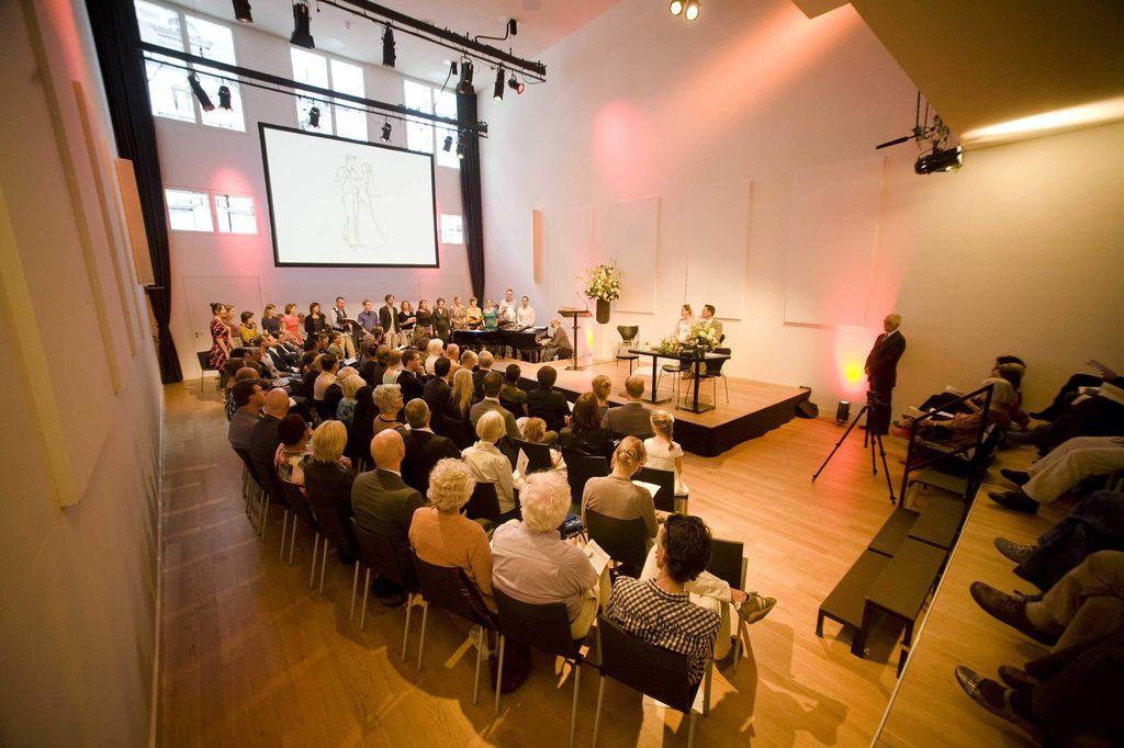 De Nieuwe Liefde - Grote zaal - Open gordijnen huwelijk met projectiescherm